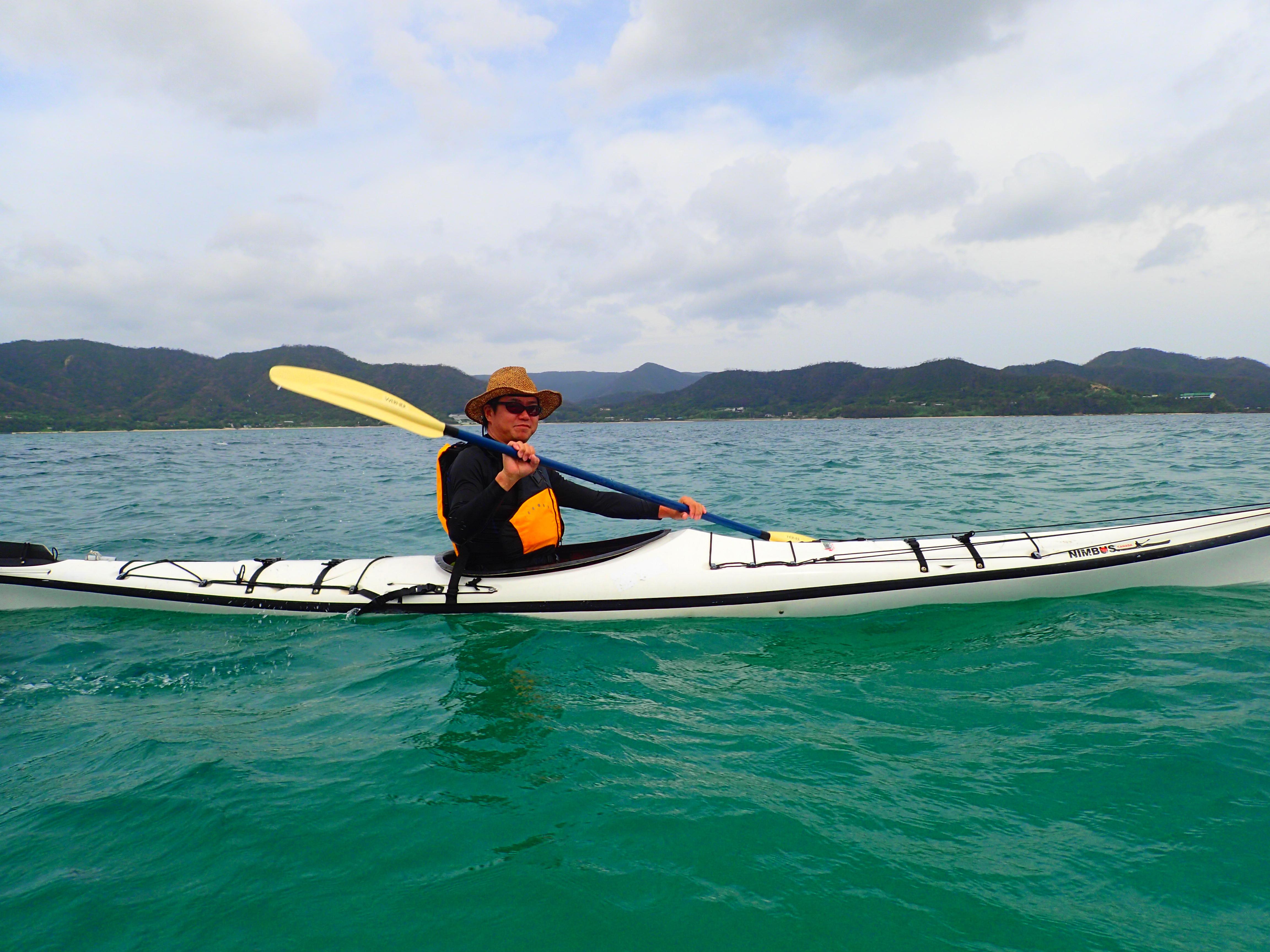 ニヤックに乗って笠利湾を漕ぐ。