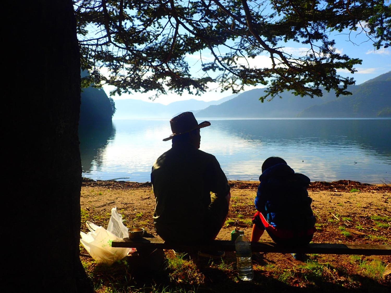 昔小さなキャンプ場があった湖畔にて。一緒に遊んでもらえる時間は、あとどれ位なのかな?