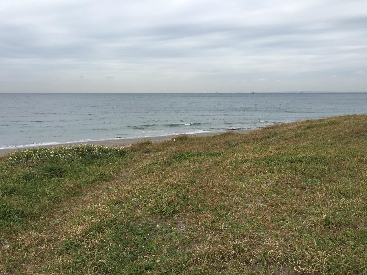 岩井海岸も南無谷も波のない穏やかな海況。しかし北風が思ったより強く、風裏を探して大房岬方面へ…