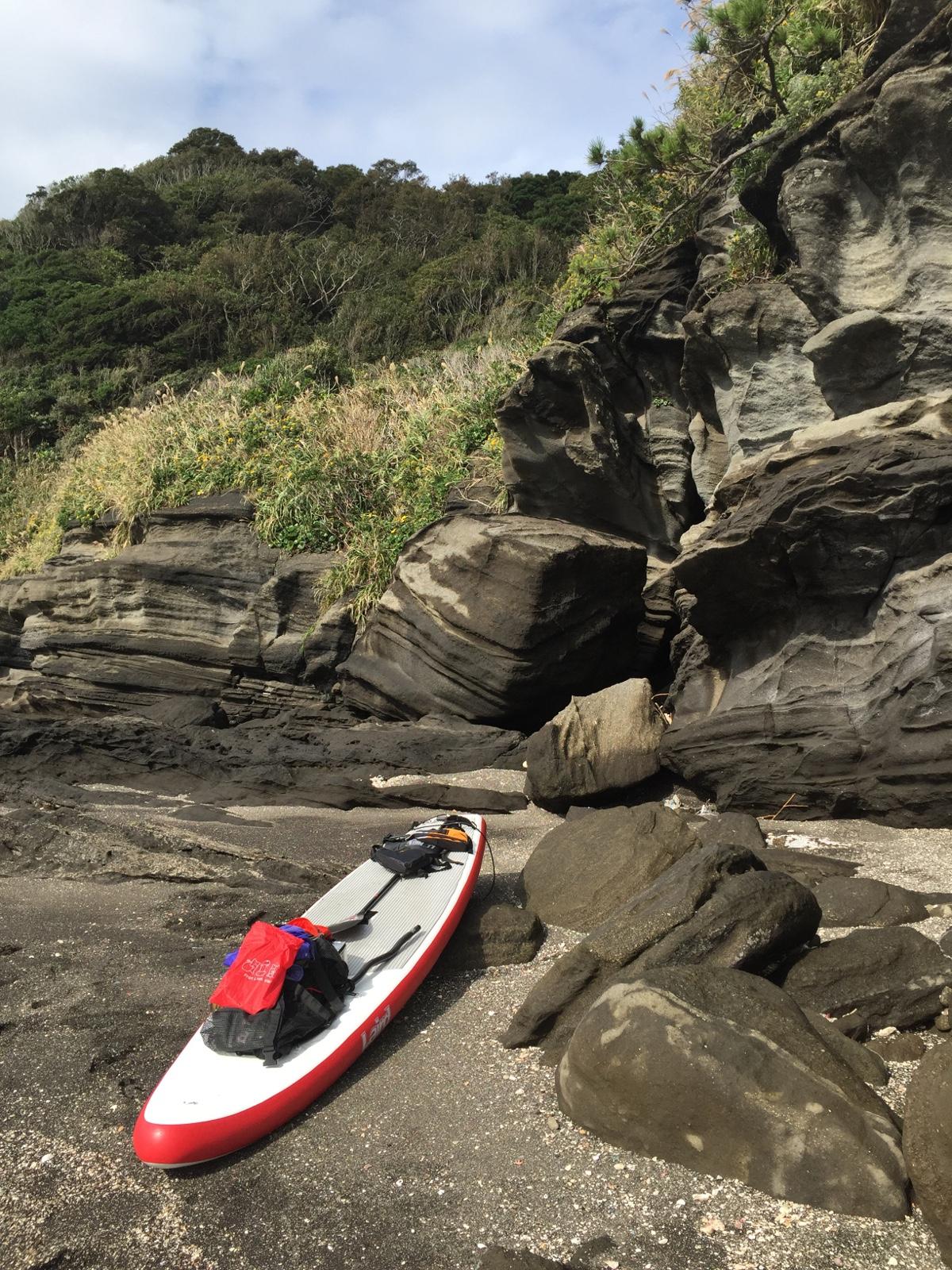大房岬を回って、富浦方面に抜けようと試みるも、風が強くそれどころではない。仕方がないので、手前の小さな砂浜に上陸し、ゆっくり食事をすることに決定。