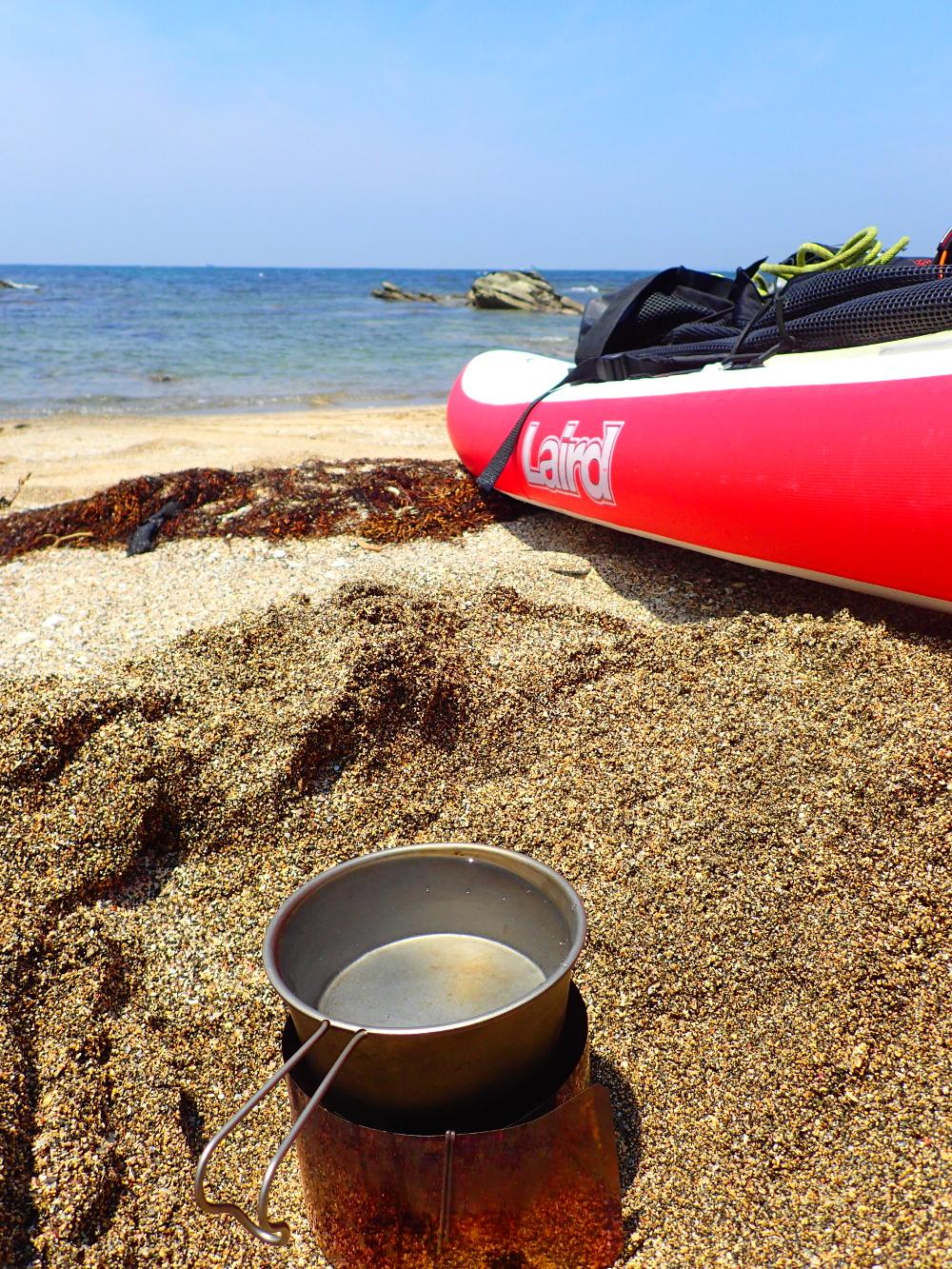 最低限の装備で昼食の準備。ホントは焚火が良かったんだけど、アルコールストーブとロッキーカップでお湯を沸かす。砂を掘って風を避けるように、少しだけ工夫してみた。