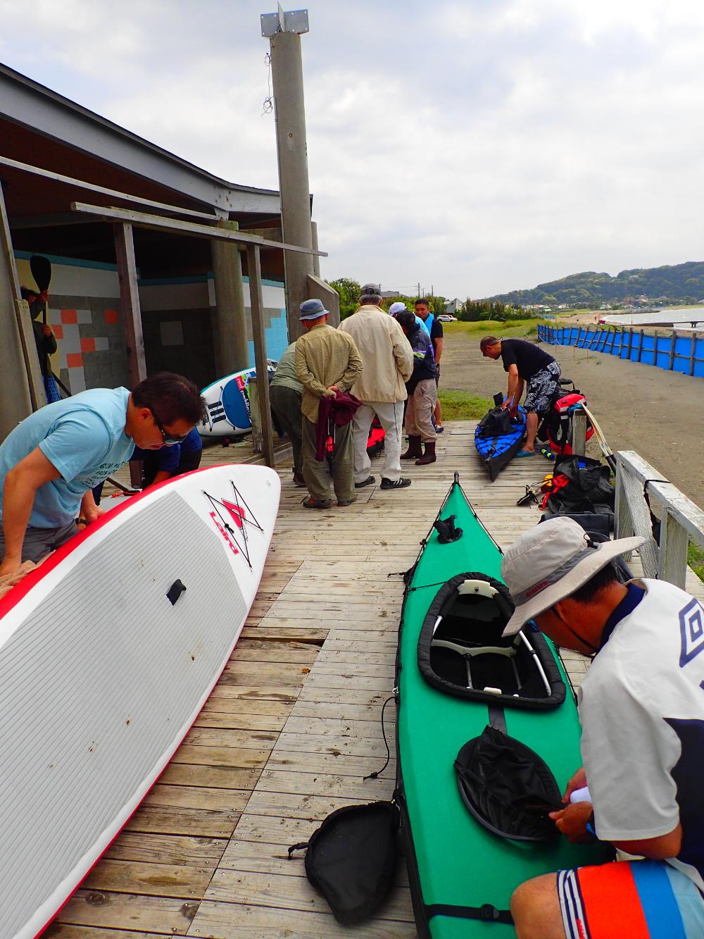 富浦海岸にて。海遊クラブのオジサン達に質問攻めに。同行の士なればこそ、年齢の垣根を越えて分かり合えるのである。