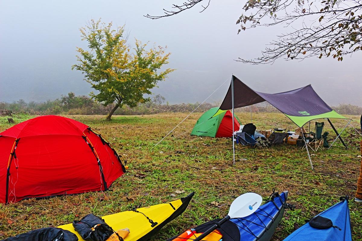 以前は綺麗な松林と野芝だけの野営地だったのだが、すっかり整備されて人気のキャンプサイトになってしまった。噂のパップテントも約1名。