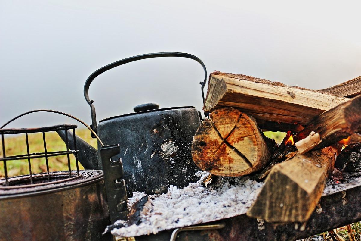 炎の宴の翌日、朝イチのお仕事は、火を熾すことと、お湯を沸かすことである。そしてようやく一日が始まる。