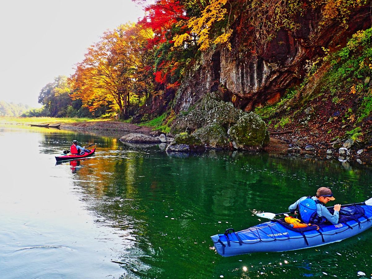 那珂川中流域の山間部にて。この区間はなるべく漕がないで、風景を吟味しながらノンビリ下るのがコツである。